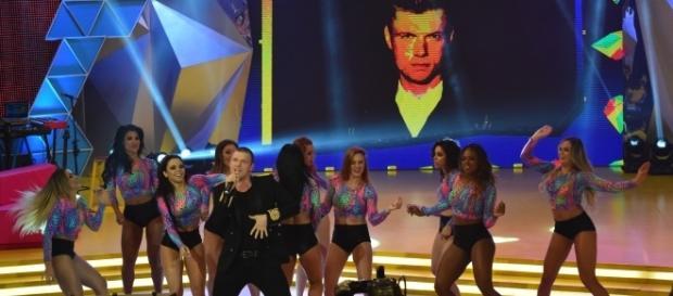 Nick Carter canta sucessos no programa Legendários