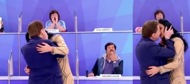 Silvio Santos simulando cena de beijo com Helen Ganzarolli
