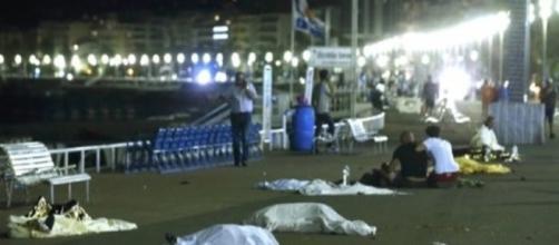 Attentato a Nizza, camion piomba sulla folla: almeno 76 morti ... - palermomania.it