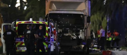 Il camion che ha travolto la folla a Nizza