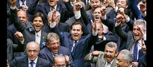Rodrigo Maia e aliados comemorando sua vitória. Ele é o novo presidente da Câmara até 31 de janeiro de 2017