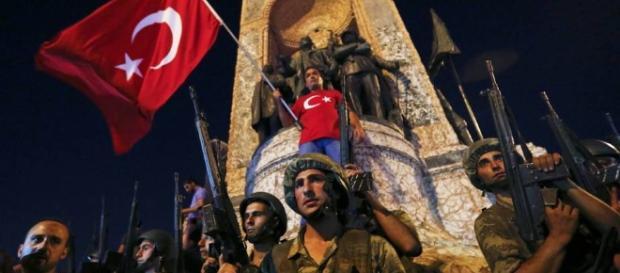 Militares turcos com a bandeira do país durante a tentativa de golpe