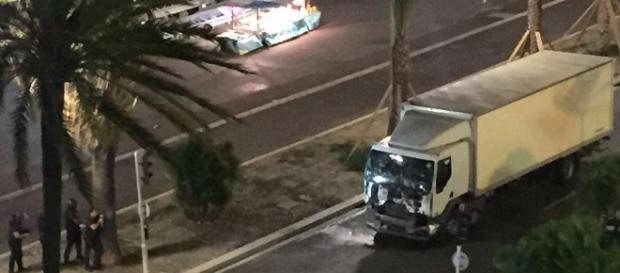 Șoferul camionului alb a explicat polițiștilor că transportă înghețată