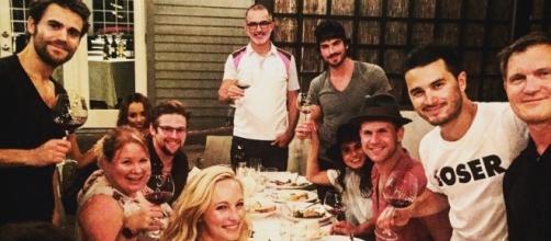 Elenco e produtores de TVD reunidos (Foto: Instagram Julie Plec)