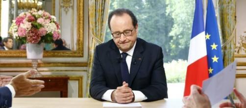 Hollande dando un comunicado oficial
