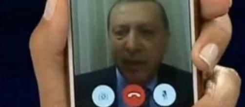 Il presidente turco Recep Tayyip Erdoğan in diretta su Face Time.