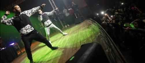 NCs Zaac e Jerry em show em Itapecerica da Serra (Foto: Fabio Tito / G1)
