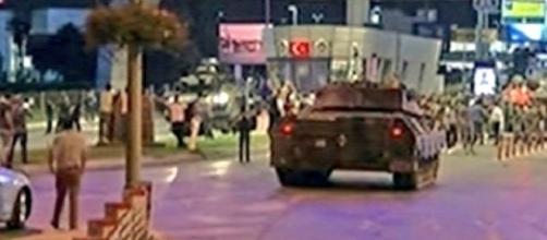 Turchia: i carri armati dell'esercito durante il golpe di ieri sera.