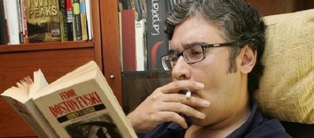 Juan Manuel De Prada leyendo la obra maestra de Dostoievsky 'Crimen y castigo', además de ser seguidor de la serie 'Twin Peaks', como se ve al fondo.