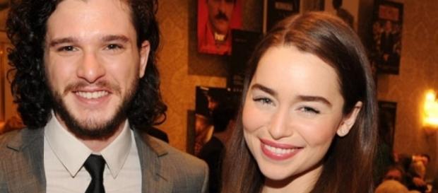 Kit Harington e Emilia Clarke foram indicados ao Emmy 2016 por Game of Thrones