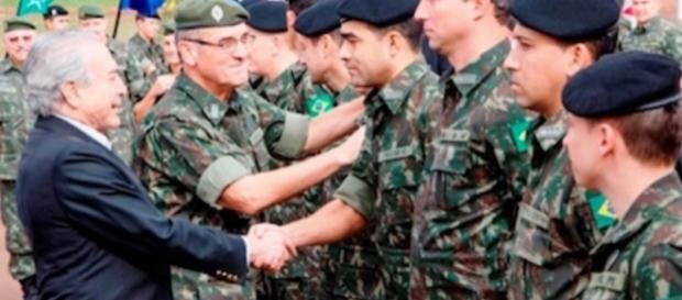 Michel Temer / aperto de mão - Militares - Google