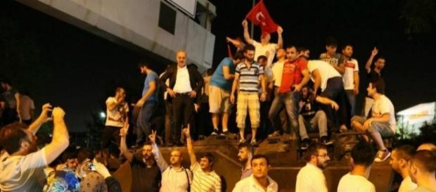 Tentativa de golpe de estado travada por civis turcos.