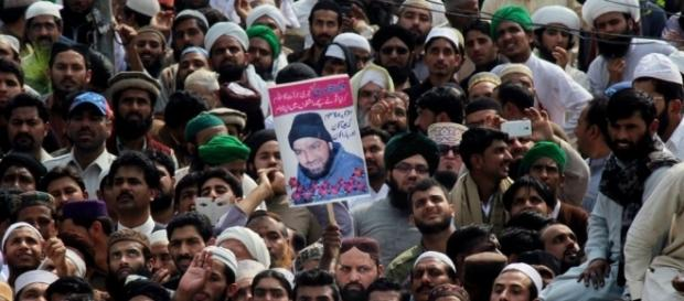 Thousands in Pakistan Attend Funeral of Convicted Murderer - voanews.com