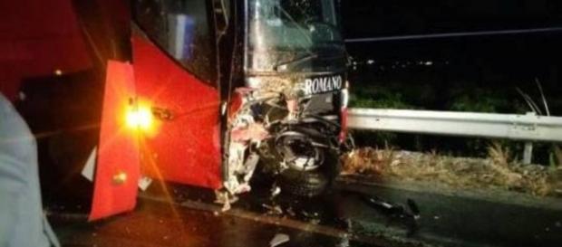 Il mezzo delle Autolinee Romano distrutto dopo l'incidente.