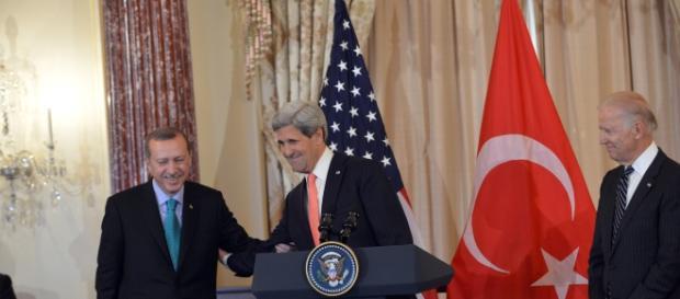 Președintele Erdogan și Secretarul de Stat John Kerry la o întâlnire oficială