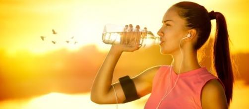 Beber água todos os dias ajuda a manter a beleza da sua pele e do seu cabelo