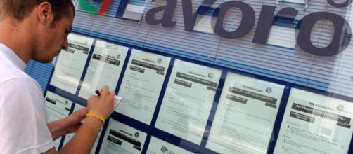 Un giovane disoccupato in cerca di lavoro