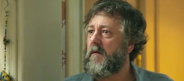 Carol sofre ao ver que o pai não resistirá aos ferimentos