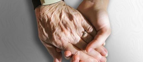 Mano joven vs mano envejecida (Fuente:Pixabay)