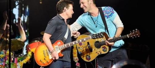 Michael J. Fox suona a sorpresa al concerto dei Coldplay ... - movieplayer.it
