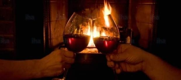 O álcool presente em bebidas, na verdade, não esquenta o corpo