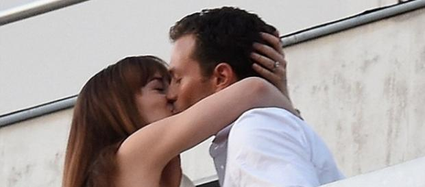 Dakota e Jamie em cena em Paris (Foto: E-Press/Reprodução)