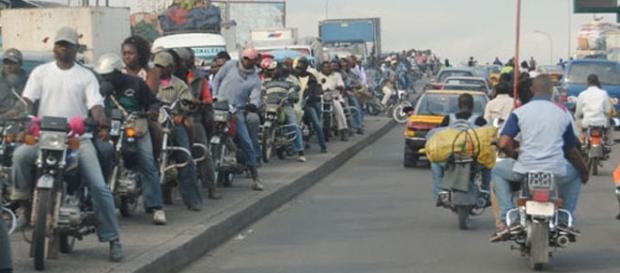 Des motos taxi en face du marché Mboppi à Douala - Cameroun