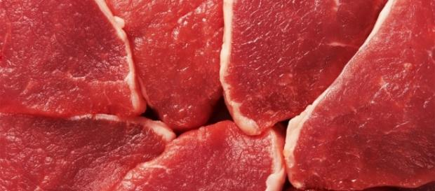 Es preferible sustituir la carne roja por pollo, pescado o huevos.