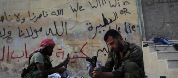 Rebeli din Armata Siriană Liberă curățându-și mitralierele AK-47