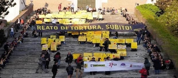Un corteo per l'introduzione del reato di tortura in Italia