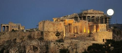 Lua cheia sobre a Acrópole de Atenas, Grécia