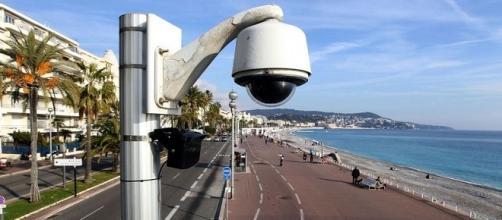 Una telecamera di videosorveglianza sul lungomare di Nizza. Photo credits Valery Hache per AFP