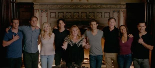 O elenco e produtores de TVD no vídeo de despedida (Foto: CW/Youtube)