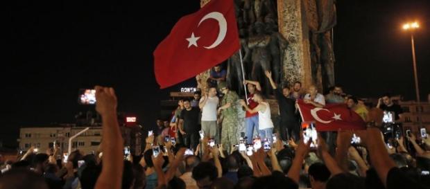 Turchia, golpe fallito. Arrestati 1563 militari, oltre 200 morti - leggo.it