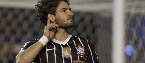 Alexandre Pato comemorando um gol pelo Corinthians