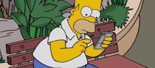 Homer Simpson se esquece do mundo jogando Pókemon Go