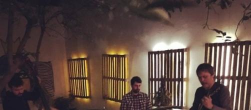 Trio de jazz, liderado pelo músico Jorge Shy , durante apresentação No Quintal da Mariana Tem Um Limoeiro - foto: João Moraes