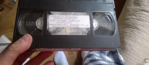 Una cinta de vídeo VHS cualquiera, con películas grabadas de la televisión, que ahora serán cosa del pasado (Foto del Autor).