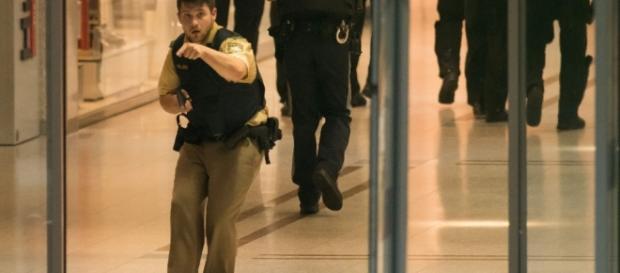 Policiais no shopping onde um atirador fez dez vítimas e se suicidou, em seguida