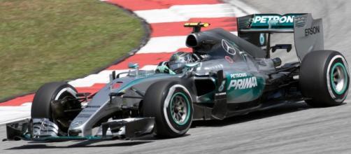Il poleman Nico Rosberg su Mercedes