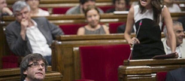 El President Pugdmont escucha impasible los lamentos histéricos de Inés Arrimadas (C's) durante el Pleno de la Desconexión catalana.