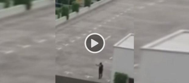Imagen del asesino de Munich en una terraza