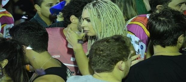 Mendigata conversa com rapaz durante o Fortal (Foto: AgNews)
