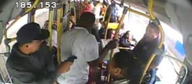 Assaltos a ônibus viraram rotina para a população do Recife que depende do transporte público.