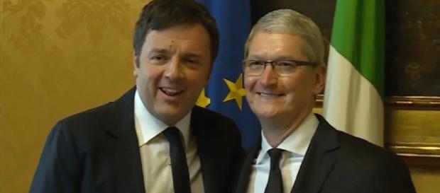 Il Premier Matteo Renzi in compagnia del Ceo di Apple Tim Cook
