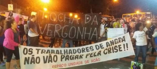 Protesto interrompe passagem da Tocha Olímpica em Angra dos Reis - globo.com