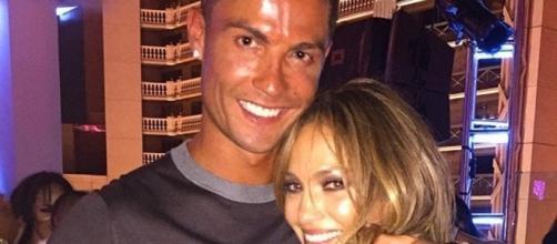Cristiano Ronaldo festeggia Jennifer Lopez.