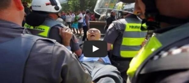Eduardo Suplicy é retirado pela polícia militar