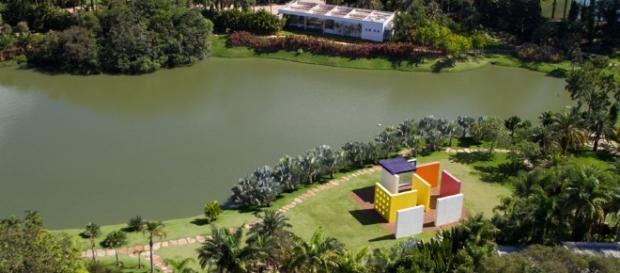 Um dos lagos ornamentais do parque
