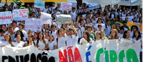 Alunos protestando por uma educação de qualidade